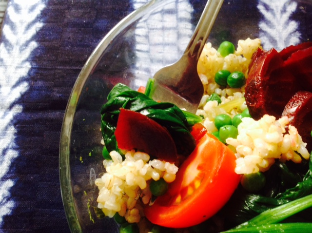 Unstyled fast food lunch: brown rice with peas, spinach, beetroot and tomatoes